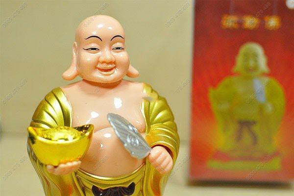 Phật di lạc vãy quạt cầm thỏi vàng năng lượng mặt trời