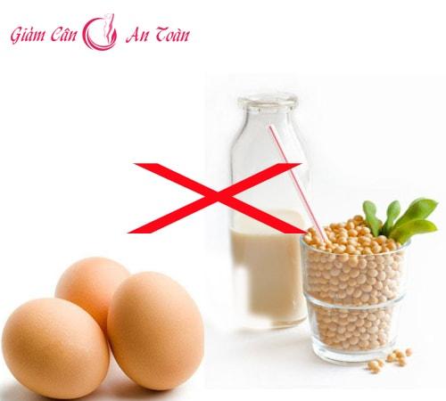 Không được trộn sữa đậu nành cùng trứng gà