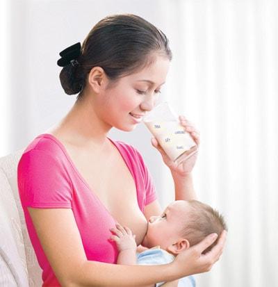 Trẻ bú sữa mẹ tăng đề kháng