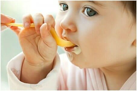 Trẻ 6 tháng tuổi ăn được váng sữa không ?